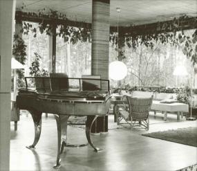Poul Henningsenin suunnittelema flyygeli Mairean musiikkihuoneessa
